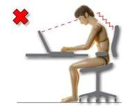 Postura incorrecta en el trabajo con ordenadores portátiles